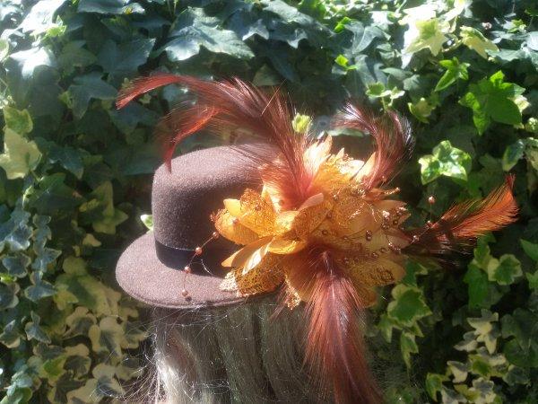 Dolly de GéGé et Cathie de Bella en mode chapeaux et plumes.