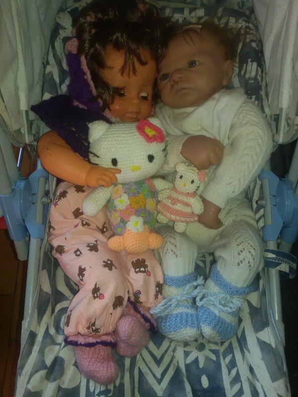 Les bébés et leurs hELLO kITTY de plus prés..