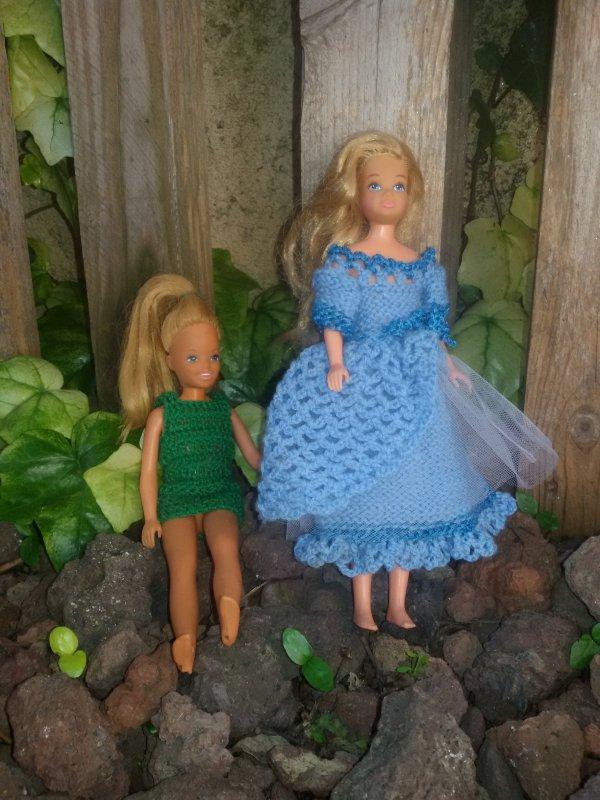 C'est bien d'avoir une maman qui, crochète, ma robe  verte est enfin rallongée. 5 photos.