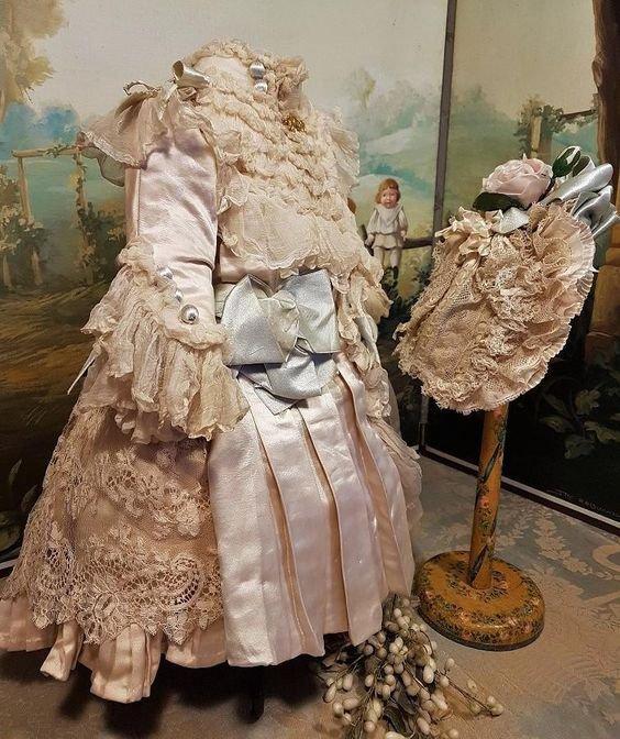Une superbe tenue ancienne vue sur le net (datant de 1890 environ).