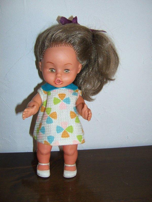 Je n'avais pas cette poupée, je l'avais vu sur EB, je n'ai pu renchérir à cause de ma ligne internet en panne; J'espère la trouver en VDG.