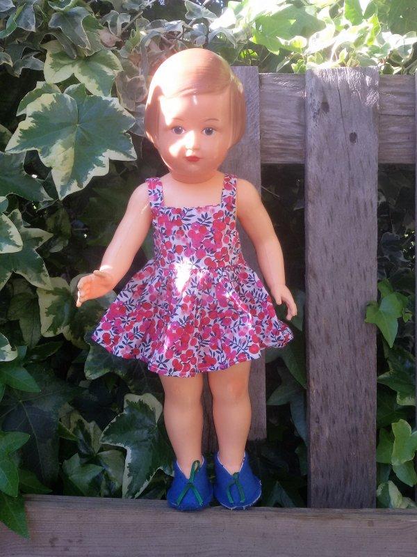 Il fair chaud, Françoise a revêtu une robe légère griffée Petitcollin.  Connaissez vous le nom de cette tenue?