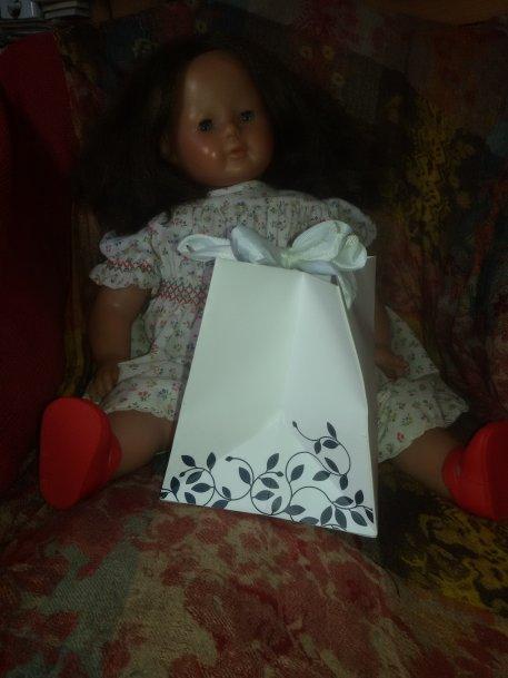 A l'ouverture des cadeaux, Myrtille a eu l'autorisation de grand'maman pour ouvrir un paquet.
