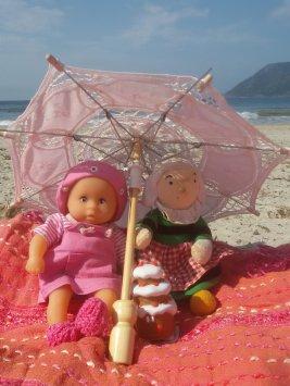 Les jours de soleil se font rares, dés qu'il fait beau Bécassine et les petits filent à la plage.