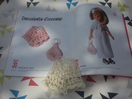 """En mode crochet,  le châle de la tenue """"demoiselle d'honneur"""" pour les Chéries de Corolle."""