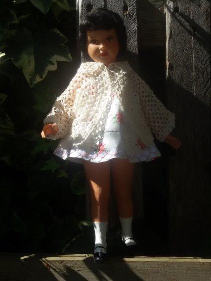 Je viens de terminer une veste en fil de coton pour une de mes Petitcollin. Elle est ravie de vous la présenter.