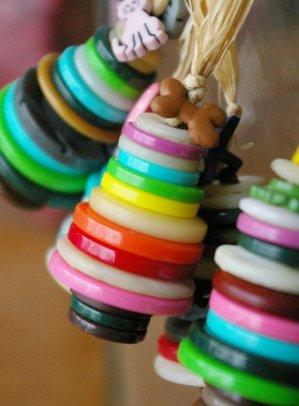 Idées sympas de bricolage pour occuper les enfants pendant les vacances, il vous faut des boutons, du fil et du ruban.