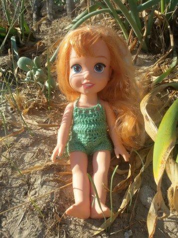Ariel est ravie de vous présenter son maillot de bain assorti d'un petit châle.