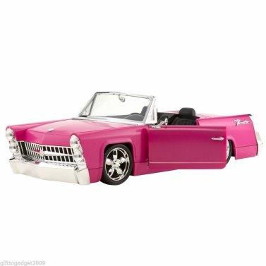 La voiture pour les poupées Bratz existe aussi en rose. C'est une Cadillac. Elle fait radio FM.