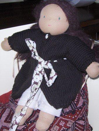 Tuto pour tricoter un manteau forme boule pour nos poupées. Modèle facile.