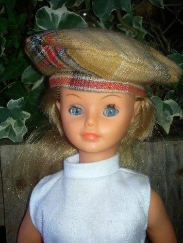 Après Londres, Cathie porte la tenue Edimbourg, en partie... Serait- elle  un peu anglaise?