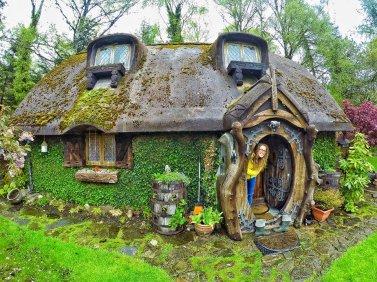 Pour changer un peu des poupées, une maison hobbit en Ecosse, on dirait une maison de poupées.