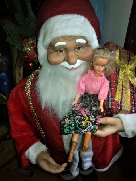 Tressy est ravie, le papa Noel lui a apporté une paire de bottes.