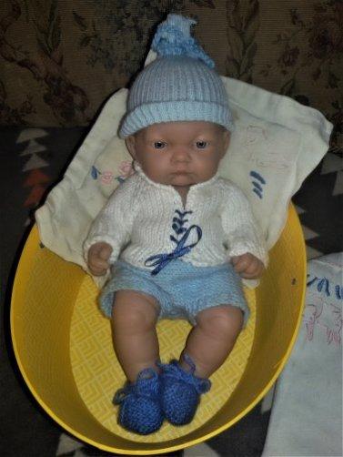 Comme je n'aimais pas le petit bonnet de mon Antonio Juan, je lui ai trouvé un bonnet Corolle.  Oui, j'ai de la suite dans les idées.