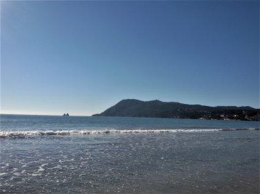 Dès qu'il fait beau, nous profitons pour aller à la plage.