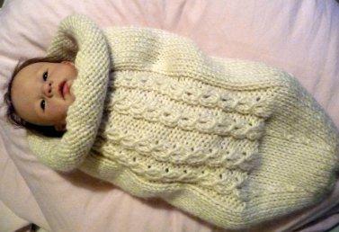 Tuto pour tricoter une chaussette d'emmaillotage pour bébé, ou pour les poupées si on prend des petites aiguilles à tricoter.