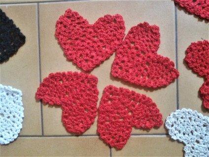 Petits coeurs au crochet réalisés, il y a quelques temps, à utiliser en application.