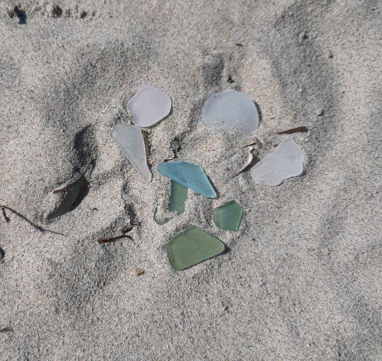 Petits bouts de verre polis par l'eau de mer ramassés en vue d'une prochaine utilisation, je réfléchis...
