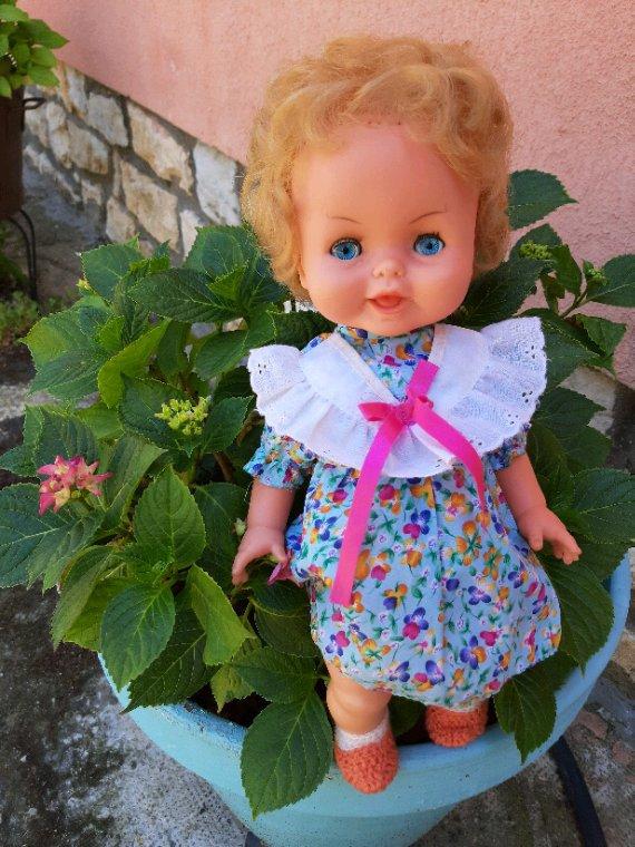 Une des 3 poupées offertes par Martine d'Angers, arrivée nue, je lui ai trouvé cette petite robe estivale, les chaussons et la culotte, je les avais déjà dans mes réserves.