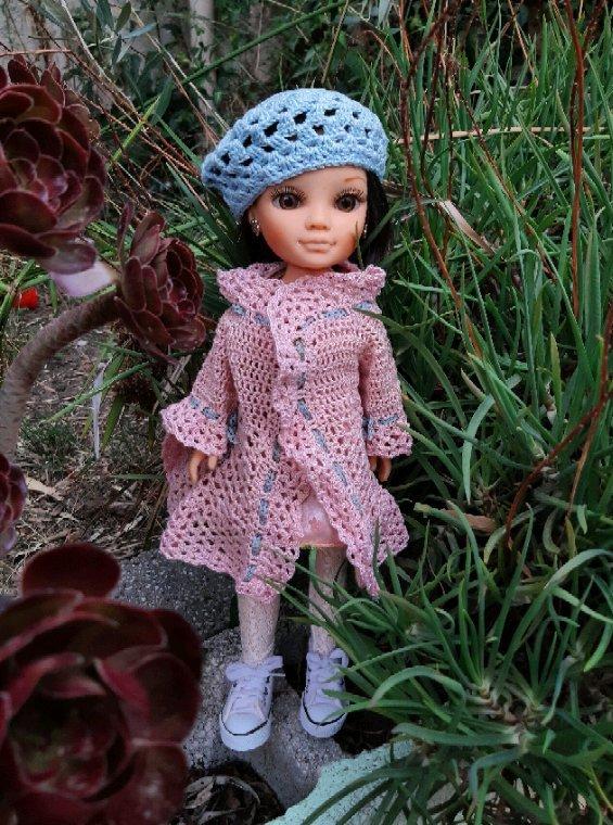 Nancy de Famosa dans le jardin de sa grand-maman. Veste et béret au crochet créations perso.