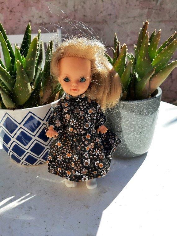 Robe Microbe ou non? Si oui quel est le nom ou la référence de cette tenue? Robe pâquerette de 1980 manque le tablier, merci Françoise allias Moumoudolls.