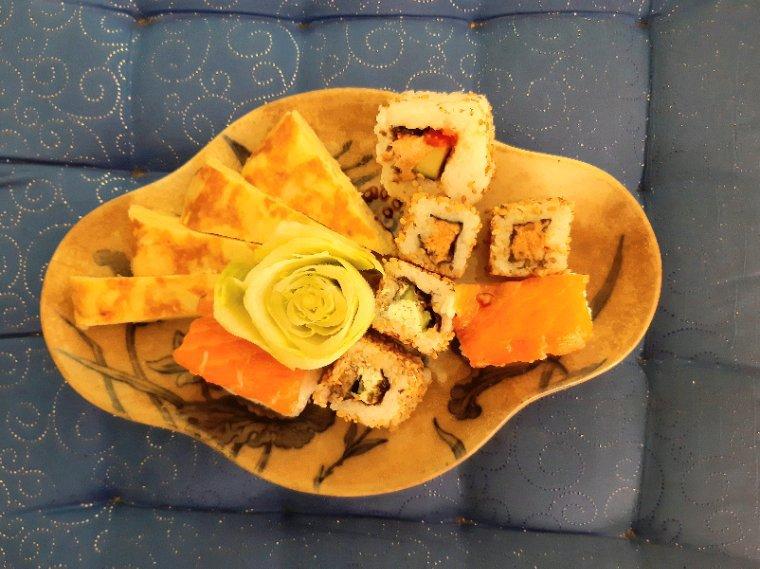 Ce midi ce sera omelette  aux oignons, endive, et sushis.