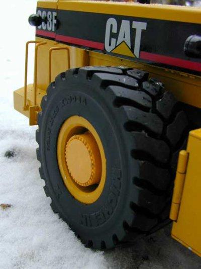 nouveaux pneus pour le Caterpillar 988