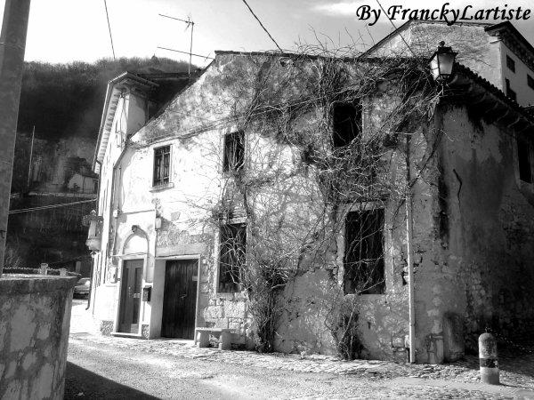 Cette maison est vraiment bizarre, non ?!... N°2(Longare/Italie)...(Photo prise par moi-même)...