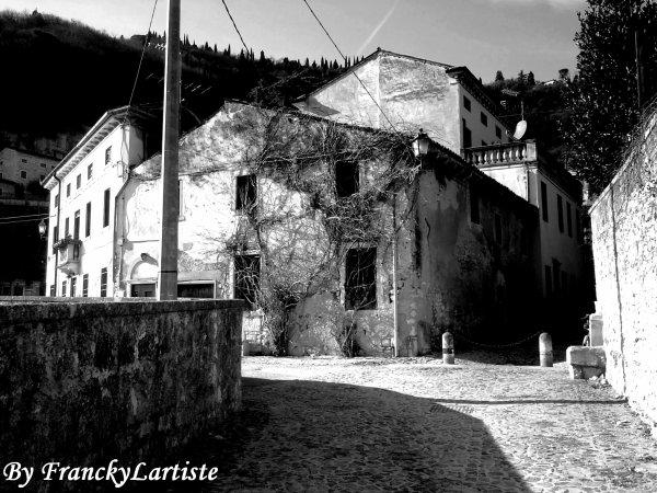 Cette maison est vraiment bizarre, non ?!... N°1(Longare/Italie)...(Photo prise par moi-même)...