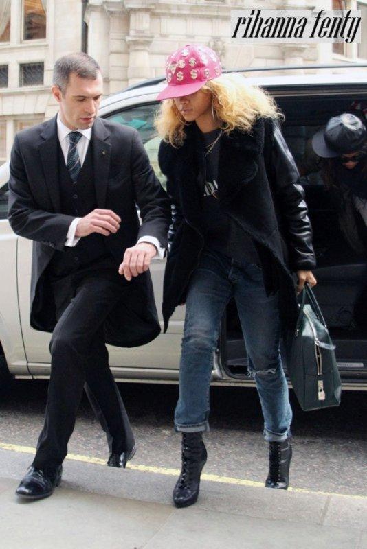"""2012 > 17 Février ~ Rihanna arrive à l'aéroport """"Hearthrow"""" à Londres"""
