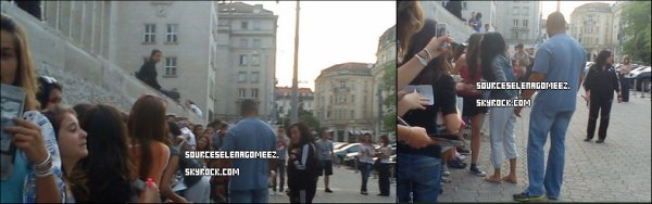 """06.05.12: Selena signant des autographes devant son hotêl en Bulgarie (elle se trouve en Bulgarie pour tourner """" The Getaway """")+ un TwitLonger de fans qui ont eu la chance de la voir (traduit en français en bas)"""