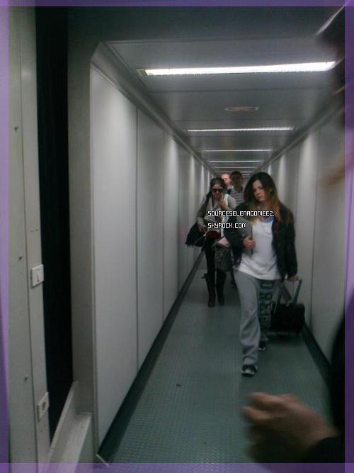 """14.05.12: Selena et sa mère (mandy) en Bulgarie + une photo de """"The Getaway"""" je rappelle le film qu'elle tourne en Bulgarie."""