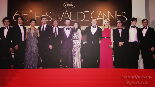 .  23.05.2012 : Kristen et le casting de On The Road à la Première du film, à Cannes.  Kristen porte du Balenciaga. J'aime beaucoup la robe même si ce n'est pas la meilleure qu'elle ait portée.  .