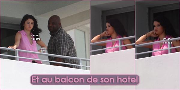 ♦ 17.09.2012 | Selena à l'aéroport de Los Angeles, de Miami, a la piscine et au balcon de son hotel