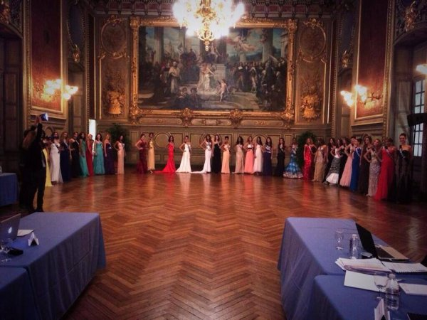 Les miss passent devant le jury de préselection pour le top 12 décisif...