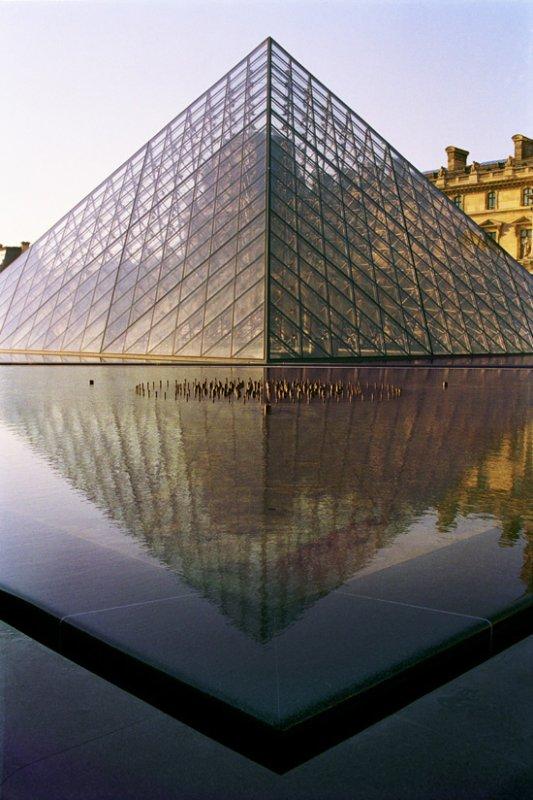 LA PYRAMIDE DU LOUVRE A PARIS ?