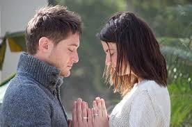 Un couple uni prie ensemble le même Dieu , ils sont unis dans la foi