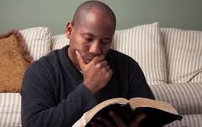 Un père qui lit sa bible tous les jours et prie est un bon pilier pour sa famille