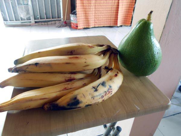 bananes et avocat donnés par mon voisin