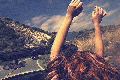 """* « Le problème, c'est pas le fait de partir. Partir, au contraire, ça a du bon, """"partir"""", ça fait penser aux vacances, au soleil, à un sourire, à un regard, à de nouvelles odeurs, de nouveaux paysages, de nouveaux visages. Le problème, c'est de réaliser que finalement, le présent n'est pas si pourri, et que, malgré tout ce qu'on a pu dire, on ne veut pas spécialement le quitter. Le plus dur, c'est de se dire que tout ce qu'on vit aujourd'hui, tous les gens qu'on aime, ne seront peut-être plus que des souvenirs. Ce qui fait mal, ce n'est pas LA fin, c'est le chemin vers la fin. Voir tous ces moments défiler beaucoup trop vite, s'apercevoir que les gens changent, sentir le temps filer entre nos doigts et ne rien pouvoir faire pour l'arrêter.. »  *"""