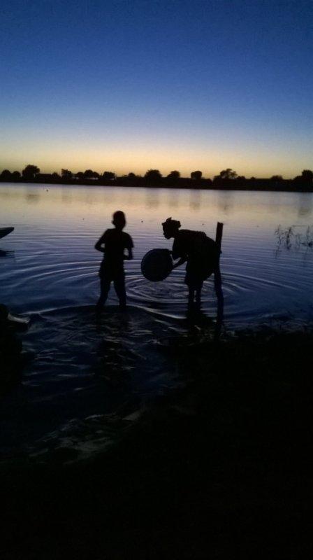Le crépuscule au bord du fleuve