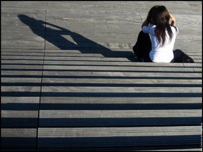 T'es parti mais on n'toubli pas Ton absence me ronge comme une tumeur, Le passe meurt, les souvenirs demeurent.