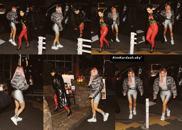. 27/02/2018Kim et Kourtney ont été photographiées arrivant dans le quartier Red Light District à Tokyo. La belle portait une tenue de la nouvelle collection de son époux, Kanye. J'aime beaucoup, je la trouve très appropriée pour une visite au Japon. Un top !