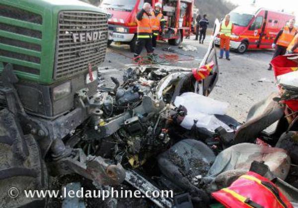 grave accident entre un tracteur et une voiture 2 jeunes. Black Bedroom Furniture Sets. Home Design Ideas