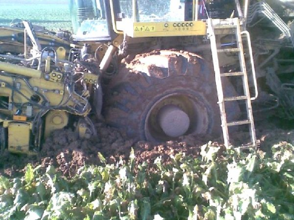 2012 - Saison betteravière 2012 - Accident - Danger - Arracheuse Betteraves - ROPA - HOLMER - Sur les champs, le gros matériel peut être dangereux et occasionner beaucoup de contraintes.