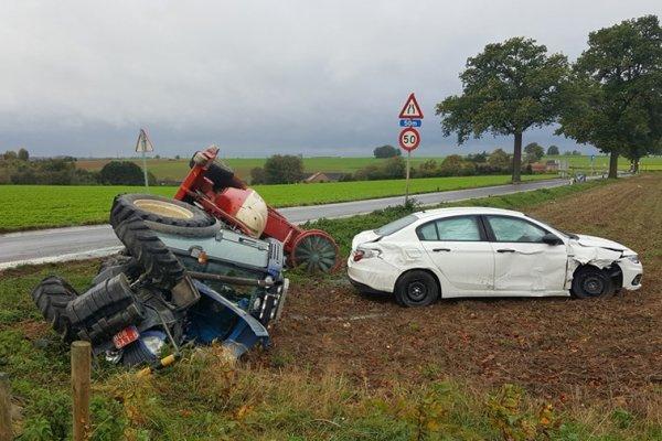 21-10-2017 - Braives - Huy-Waremme - accident entre une voiture et un tracteur agricole. Les deux conducteurs ont été blessés