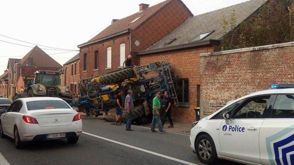 28-07-2017 - Rouveroy - la remorque ( pulvérisateur tracté ) du tracteur se renverse sur une maison