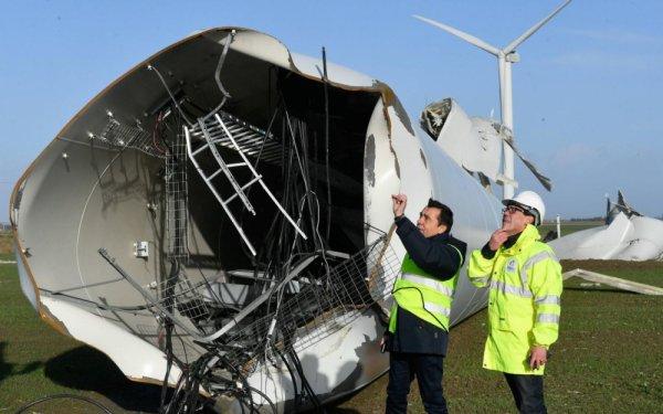 03-01-2018 - Vendée - Bouin - Une éolienne de 260 tonnes et 62 mètres de haut installée à Bouin s'est envolée pendant la tempête Carmen près de route.