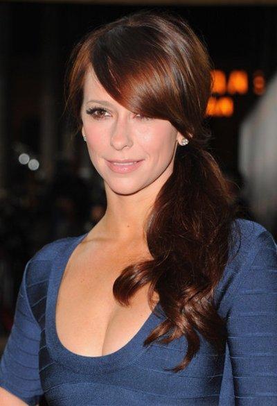 """Jennifer Love Hewitt à la première du film """" Like Crazy """" , le mardi 25 octobre 2011, que porter sous une robe aussi moulante ?"""