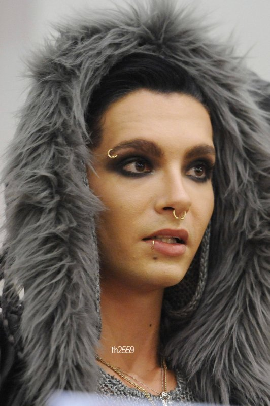 Bill a un nouveau piercing à la lèvre.